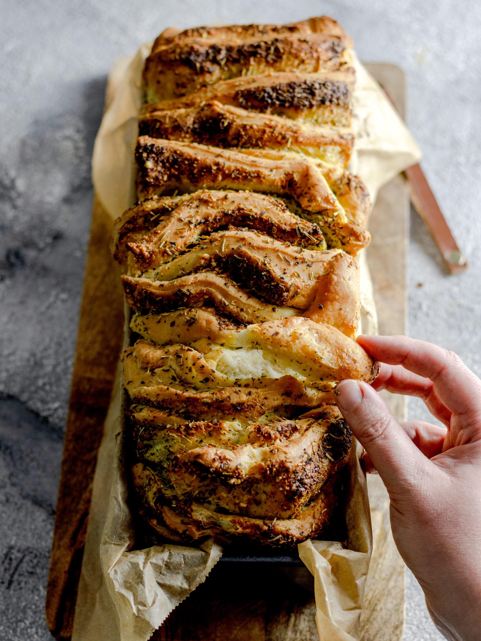Kräuter-Knoblauch-Zupfbrot mit Parmesan